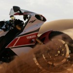 Pictures of Stephane Peterhansel Rides a Yamaha R1 in the Moroccan Desert_3